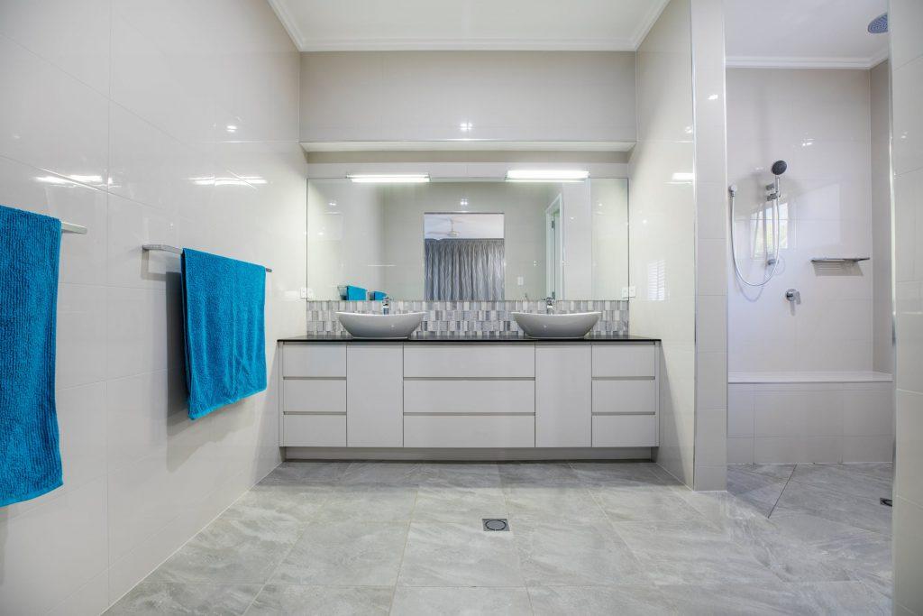 Un siège de douche pour une salle de bain sénior